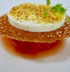 Crème brulée aus sizilianischer Mandelmilch, Zitrusfrüchte und Camparigranité